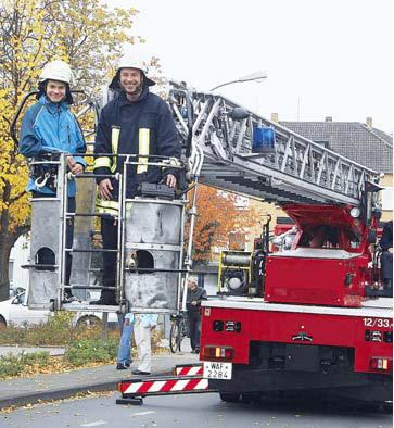 Panoramablick: (v. l.) Jan Bollig und Feuerwehrmann Christian Brockbals genossen den großartigen Ausblick über Neubeckum.